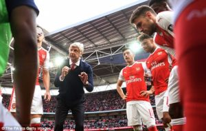 Wenger talking to his players ahead of Extra Time